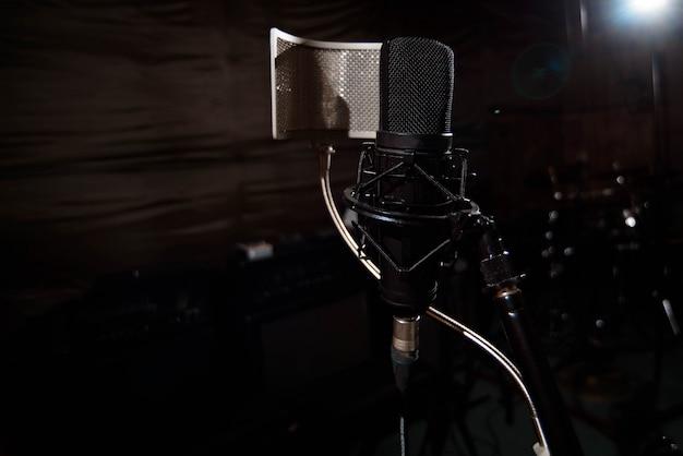 Close up microfone condensador de estúdio com filtro pop e anti-vi Foto Premium