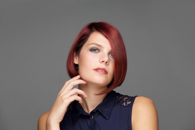 Close-up modelo de moda feminina com penteado moderno Foto Premium