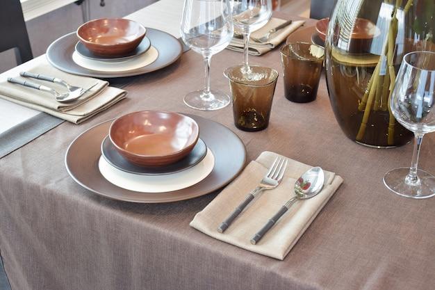 Close-up moderno clássico conjunto de jantar na mesa de jantar de madeira Foto Premium