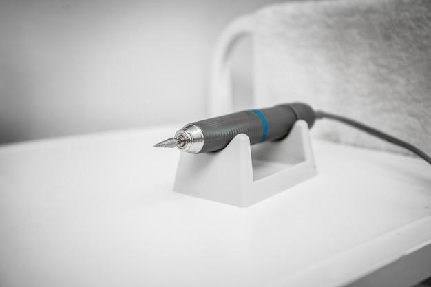 Close-up moinho para podologia na mesa. copie o espaço Foto Premium