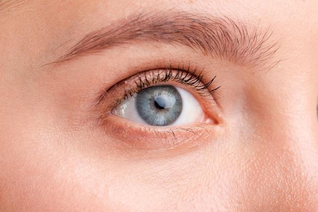 Close-up mulher bonita com olhos azuis Foto gratuita