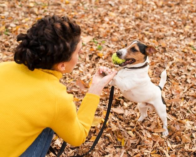 Close-up mulher brincando com seu cachorro Foto gratuita