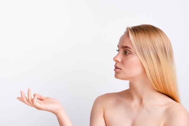 Close-up mulher com cabelo loiro, olhando para longe Foto gratuita