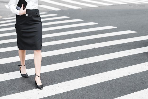 Close-up, mulher, cruzando rua Foto gratuita