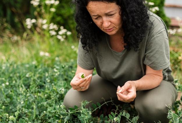 Close-up mulher cuidando das plantas Foto gratuita