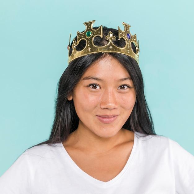 Close-up, mulher, desgastar, um, coroa Foto gratuita