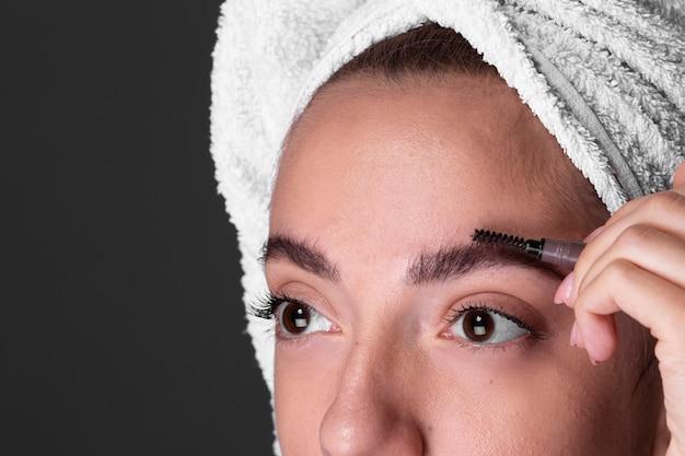 Close-up mulher fazendo a sobrancelha Foto gratuita
