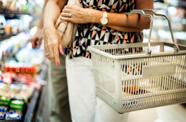 Close-up mulher fazendo suas compras Foto gratuita