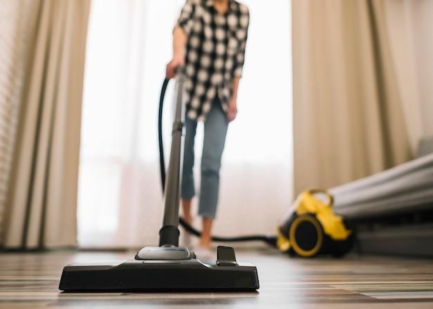 Close-up mulher limpando a sala de estar Foto Premium