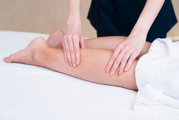 Close-up mulher massageando um cliente Foto gratuita