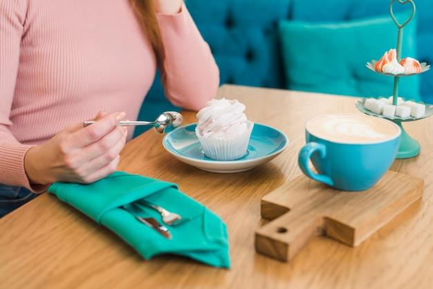 Close-up, mulher, merengue, café, copo, madeira, tabela Foto gratuita