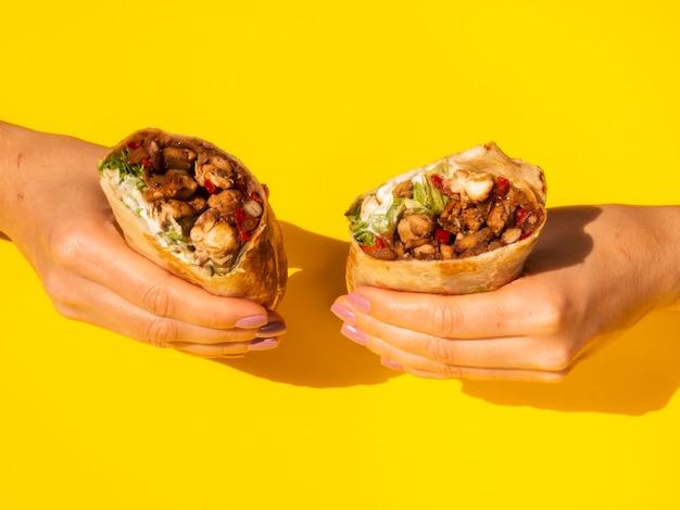 Close-up mulher segurando comida mexicana tradicional Foto gratuita