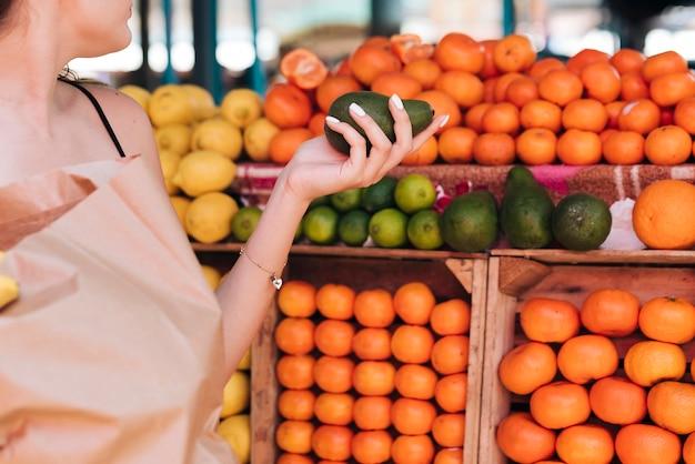 Close-up, mulher, segurando, um, abacate Foto gratuita