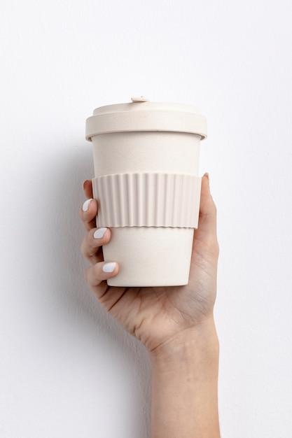 Close-up mulher segurando uma xícara de café Foto gratuita