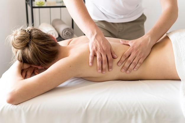 Close-up mulher sendo massageada Foto gratuita