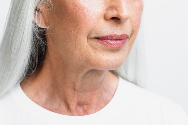 Close-up mulher sênior com cara limpa Foto gratuita