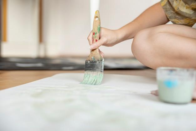 Close-up, mulher, sentar chão, com, escova Foto gratuita