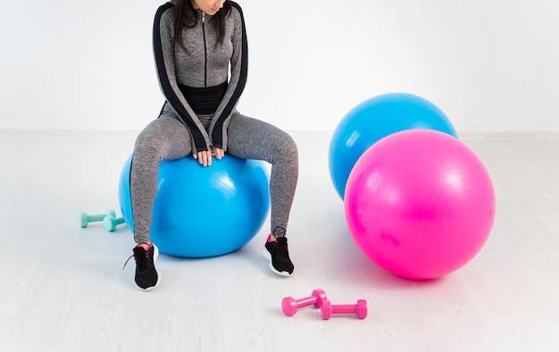 Close-up mulher trabalhando na bola de fitness Foto gratuita