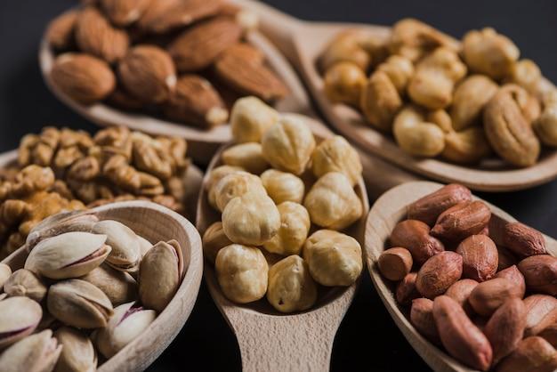 Close-up nozes deliciosas em colheres Foto gratuita