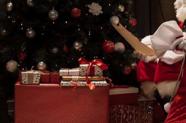 Close-up papai noel com presentes de natal Foto gratuita