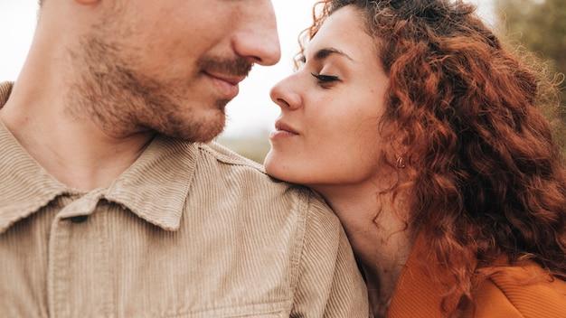Close-up, par, olhando um ao outro Foto gratuita