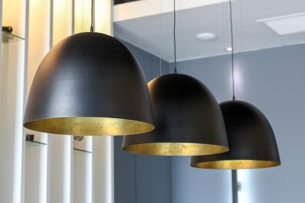 Close-up pendurado estilo de luxo de decoração de lâmpada de teto preto Foto Premium