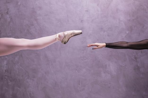 Close-up perna de bailarina e braço Foto gratuita