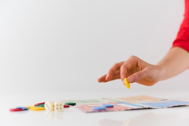 Close-up pessoa jogando jogo de tabuleiro Foto gratuita