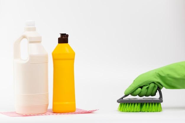Close-up, pessoa, luva, usando, escova Foto gratuita
