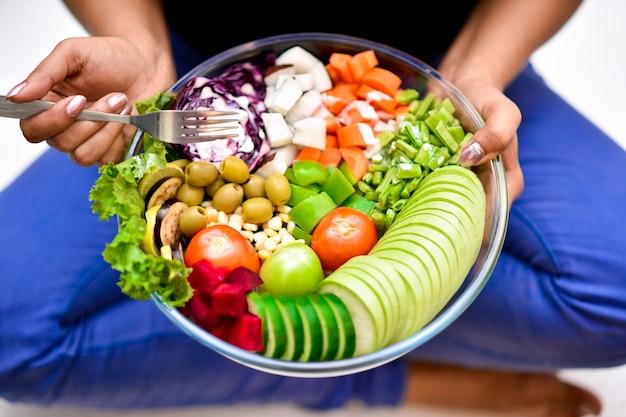 Close-up pessoa segurando uma tigela de deliciosos vegetais Foto Premium
