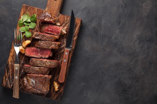 Close up pronto para comer o bife new york. Foto Premium