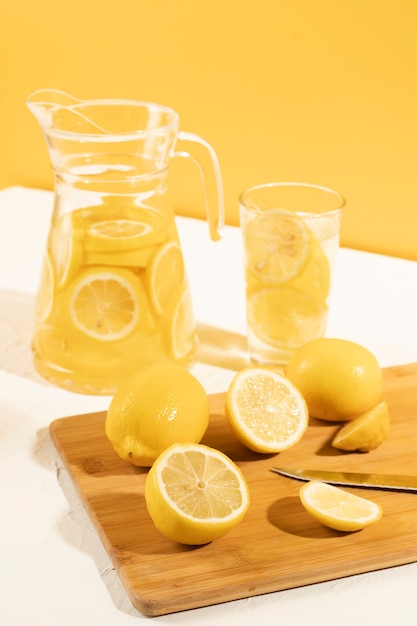 Close-up pronto para servir saborosa limonada Foto gratuita