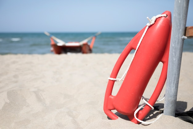 Close up resgate vermelho pode na praia Foto gratuita