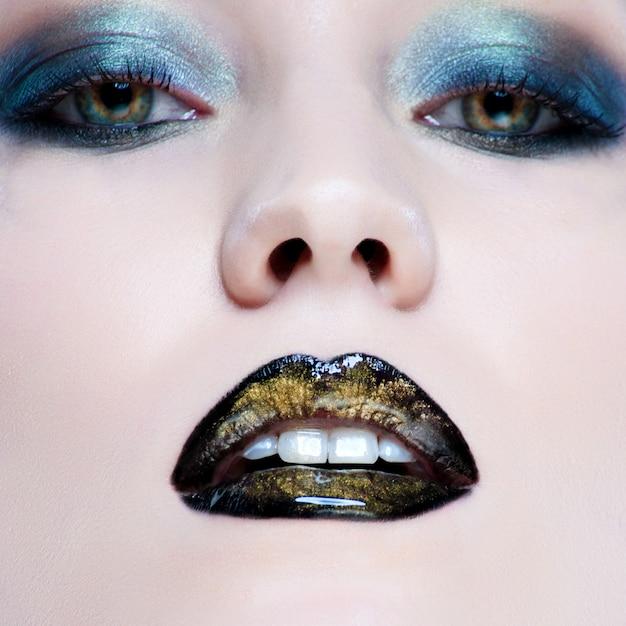 Close-up, retrato, de, bonito, caucasiano, mulher jovem, com, pérola, glamour, maquiagem, e, pretas, lábios Foto Premium