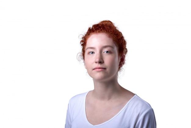 Close-up, retrato, de, haired vermelho, menina, com, freckles, olhando câmera Foto Premium