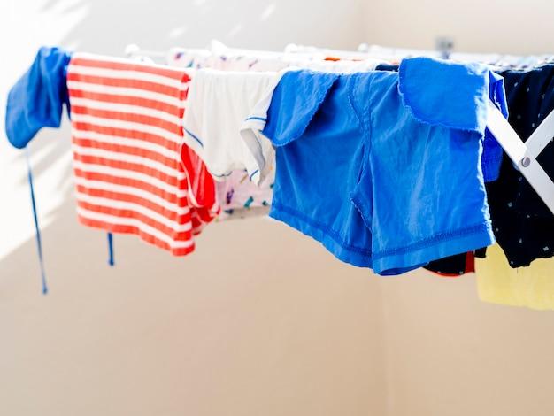Close-up roupas secando na linha Foto gratuita