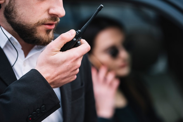 Close-up, segurança, homem, usando, equipamento Foto gratuita