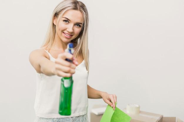 Close-up, smiley, mulher, com, limpeza, spary Foto gratuita