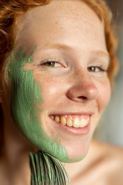 Close-up, smiley, mulher, quadro, dela, rosto Foto gratuita