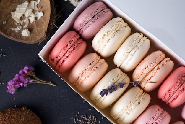 Close-up sobremesa de macarons coloridos com tons pastel vintage em fundo de madeira Foto Premium