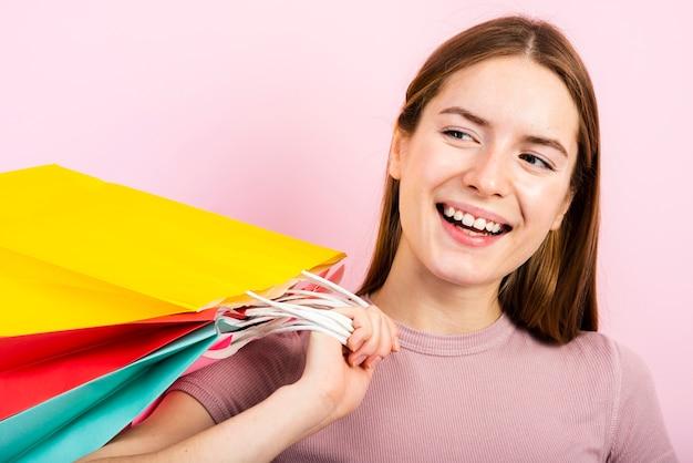 Close-up, sorrindo, mulher segura, sacos Foto gratuita