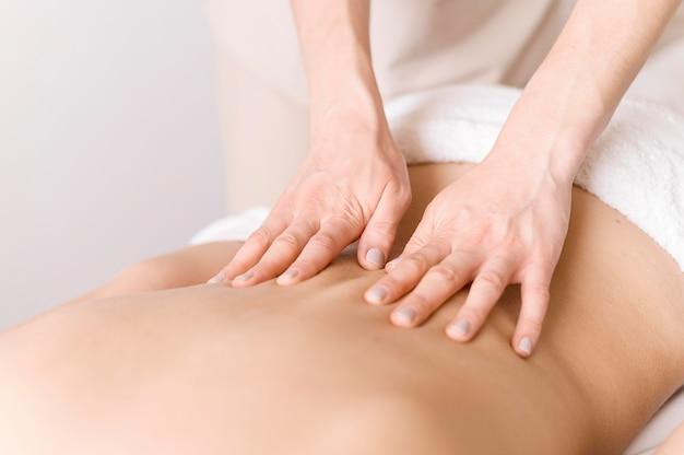 Close-up técnica de massagem nas costas Foto gratuita