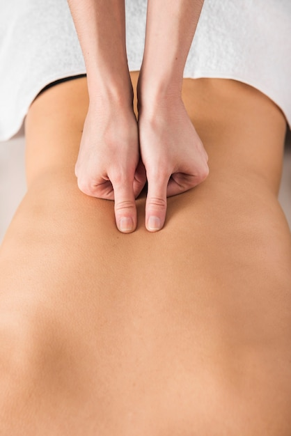 Close-up, terapeuta, costas, massagem, mulher Foto gratuita
