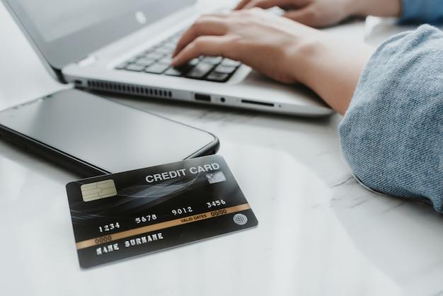 Close-up tiro de cartão de crédito no smartphone Foto Premium