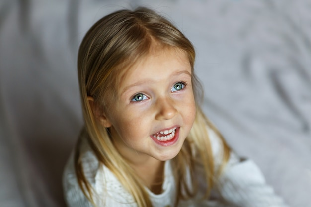 Close-up tiro de linda loira caucasiana menina Foto Premium