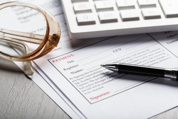 Close-up tiro de óculos no conceito de negócio de documentos de documento de contrato Foto Premium
