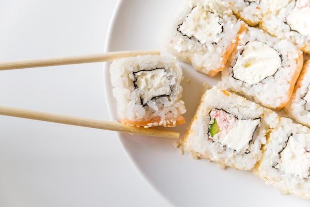 Close-up tiro de rolos de sushi Foto gratuita
