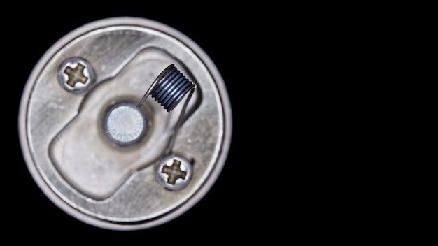 Close-up, tiro macro, vista superior da única bobina micro no atomizador de gotejamento rebuildable de ponta para o caçador de sabor isolado Foto Premium