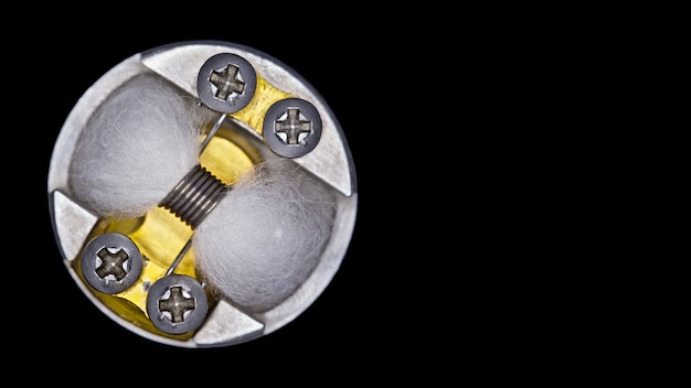Close-up, tiro macro, vista superior da única micro bobina com mecha de algodão orgânico japonês no atomizador de gotejamento rebuildable de ponta para o caçador de sabor isolado Foto Premium