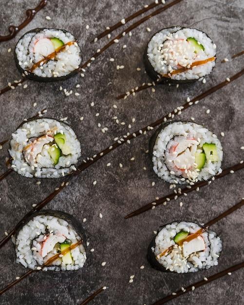 Close-up tiro rolos de sushi com sementes de gergelim Foto gratuita